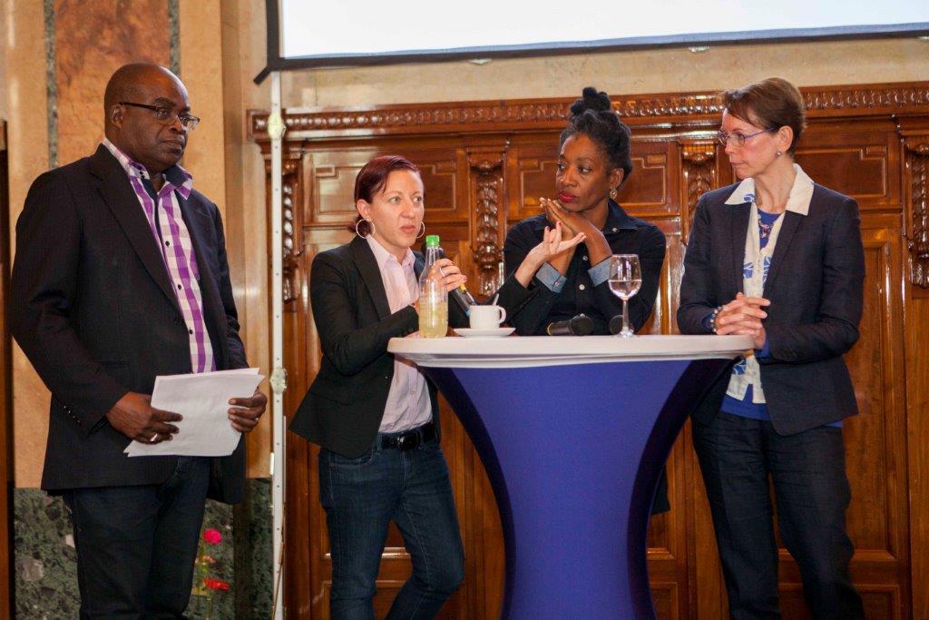 Melissa Weiner en andere gasten van de Keti Koti Lecture op het stadhuis van Rotterdam.