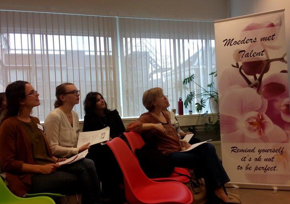 deelnemers Kennisatelier luisteren naar een presentatie.