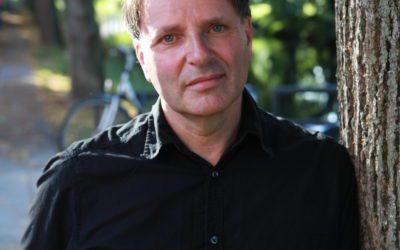 """Edward van de Vendel: """"De nieuwe queer-boekenreeks Glow is voor álle jongeren"""""""