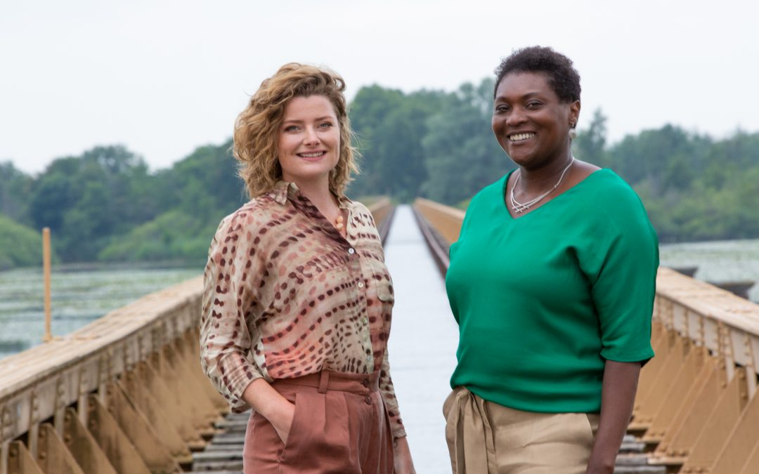 Giselle Schellekens en LIsette Tanis-Pinas poseren bij de Moerputtenbrug